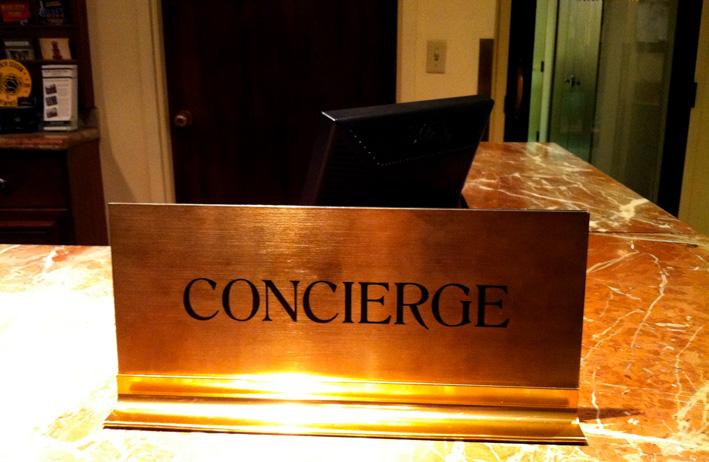 Negli hotel un concierge assiste gli ospiti svolgendo varie attività come prenotare ristoranti , prenotare hotel, organizzare servizi spa, offrire assistenza in casi di emergenza