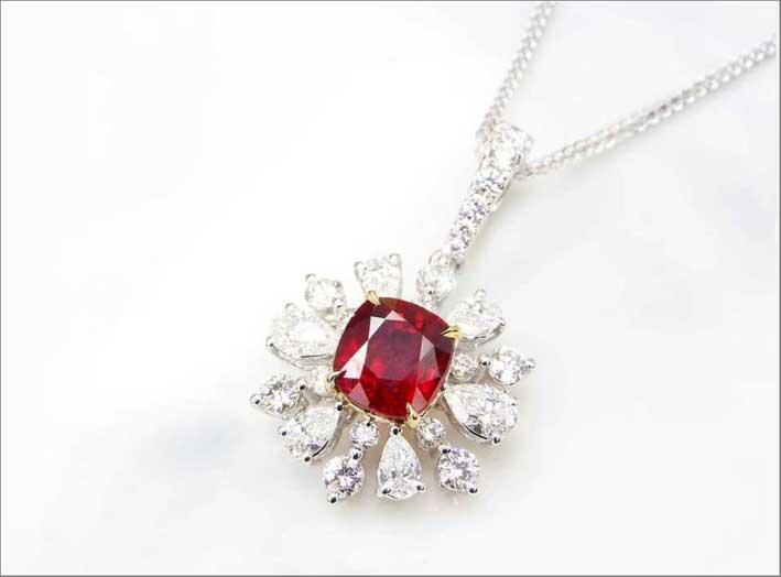 Pendente con diamanti e rubino
