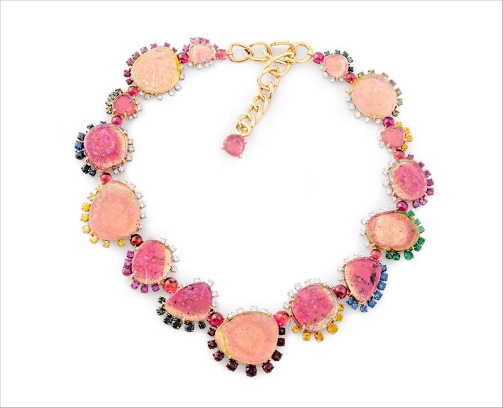 Collana Tormalina. Collana in oro rosa, tormaline rosa, diamanti, rubini, smeraldi, zaffiri gialli, blu, verdi, arancio e rosa.