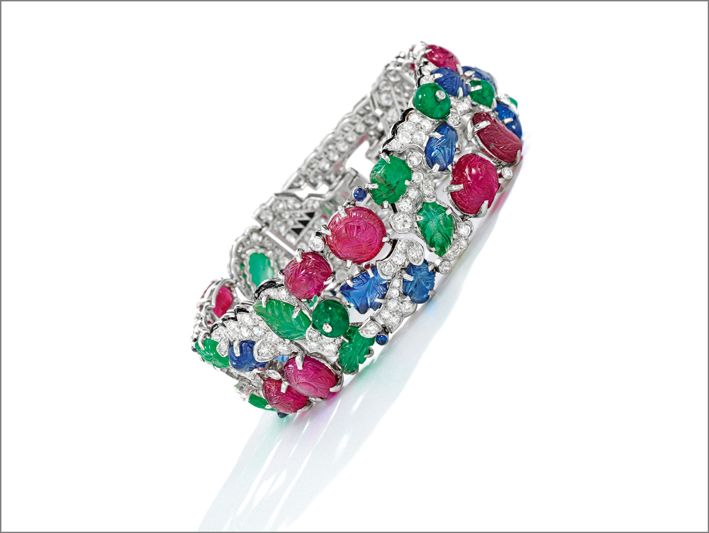 Bracciale Tutti i Frutti in oro bianco, diamanti, smalto, rubini, smeraldi e zaffiri intagliati