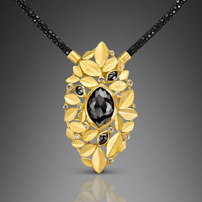 Pendente con foglie d'oro e diamante nero