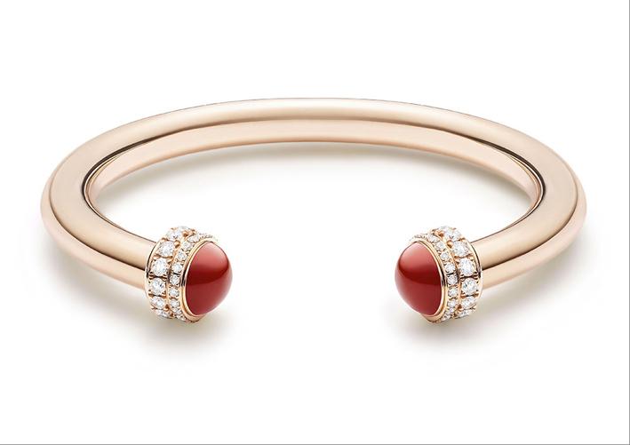 Bracciale bangle aperto con corniole. Oro rosa 18K, 2 fasce girevoli con diamanti ad ambedue le estremità 2 corniole taglio cabochon. Totale di 72 diamanti taglio brillante (circa 1,71 carati)