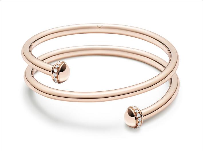 Bracciale bangle aperto doppio di dimensione media. Oro rosa 18K. Fascia girevole con diamanti ad ambedue le estremità. Totale di 30 diamanti taglio brillante (circa 0,42 carati)