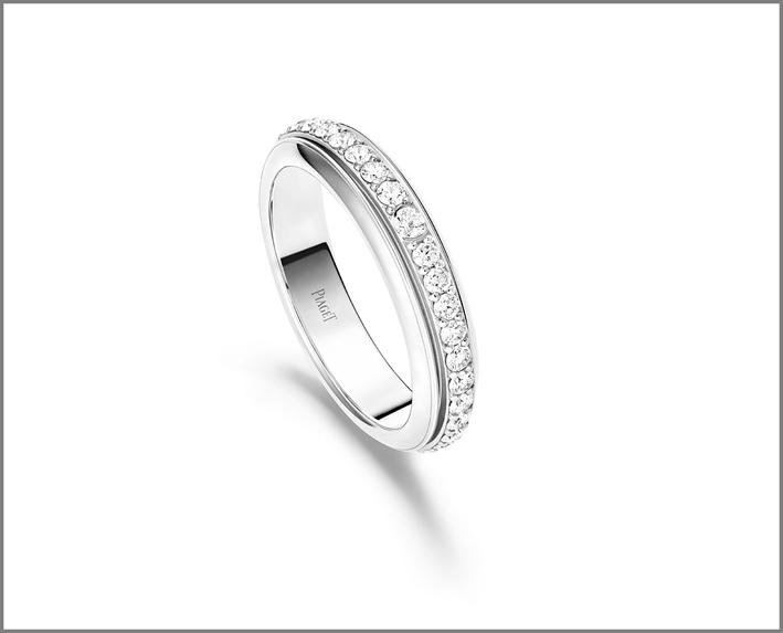 Anello di piccole dimensioni. Oro bianco 18K. Una fascia girevole con diamanti. Totale di 36 diamanti taglio brillante (circa 0,70 carati)