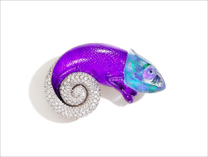 La spilla Camaleonte con diamanti, sugilite, opale arlecchino, giada nera e cristallo di rocca