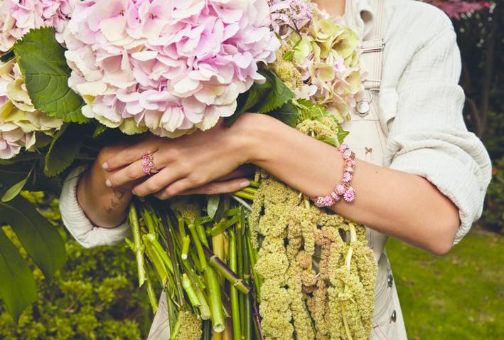 Bracciale e anello indossati