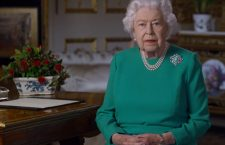 La regina Elisabetta indossa una collana con tre fili di perle e una spilla con diamanti e turchese