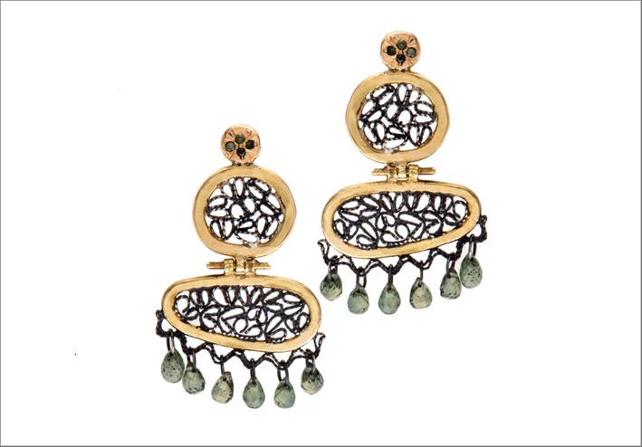 Orecchini in oro 18 carati, argento ossidato e diamanti, zaffiri verdi