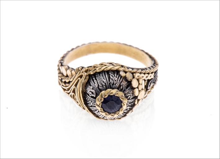 Anello in oro, argento e zaffiro blu