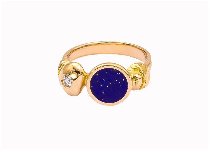 Anello in oro lavorato a mano con cianite e diamanti
