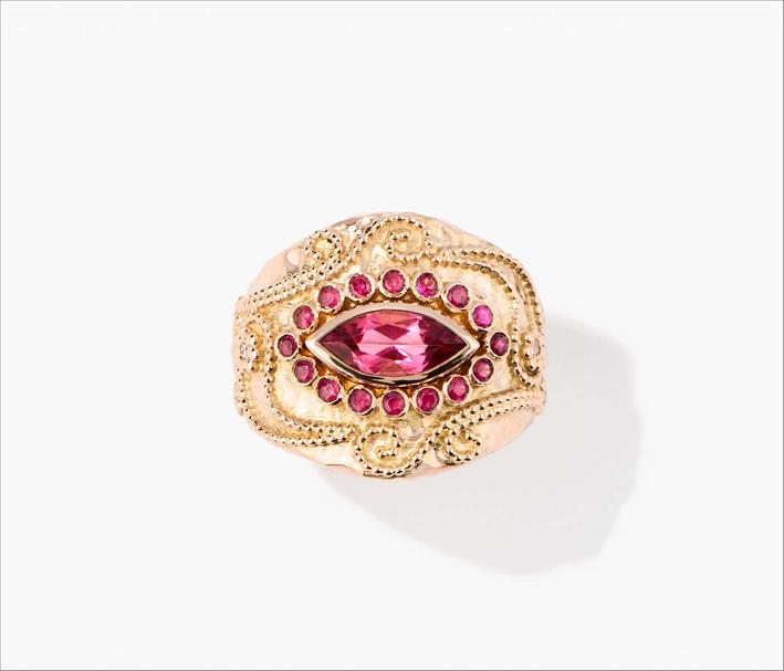 Anello in oro giallo 18 carati con rubellite, 16 rubini e 16 diamanti