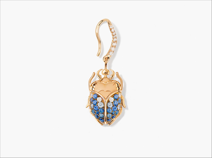 Orecchino Beetle in oro giallo, zaffiri blu e diamanti