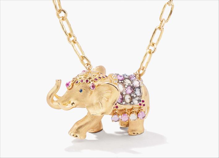 Collana in oro giallo massiccio, 57 zaffiri multicolori, 25 rubini e 20 diamanti, catena martellata in oro giallo 18 carati lunga 80 centimetri