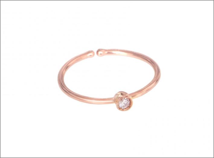 Anello in oro rosa 18 carati con piccolo brillante incastonato