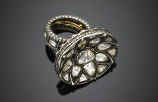 Anello in oro giallo e argento con diamanti irregolari, rifinito sul gambo con diamanti rotondi. Diamante centrale a goccia