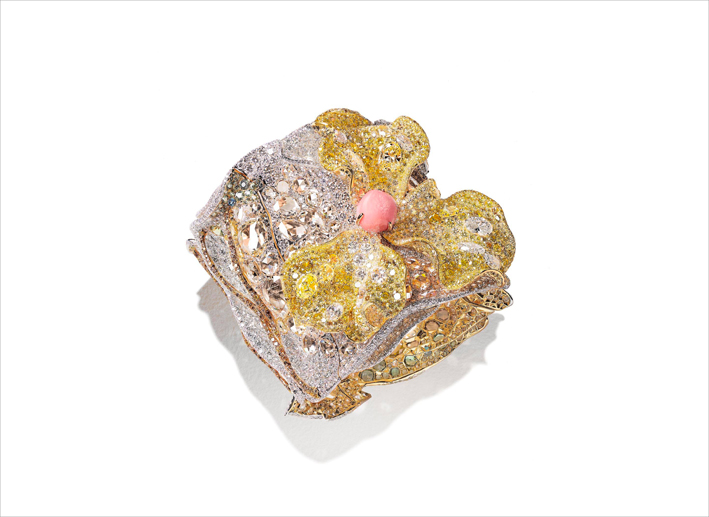 Bracciale-scultura con perla conch di 12,51 carati, diamanti bianchi per 147,63 carati e diamanti fancy