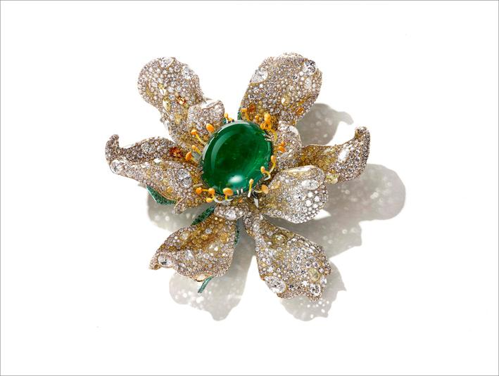 Spilla con smeraldo cabochon, diamanti bianchi e fancy, tsavoriti, su titanio e oro giallo