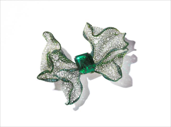 Spilla con smeraldo colombiano, alexandrite, zaffiri verdi su titanio e oro bianco