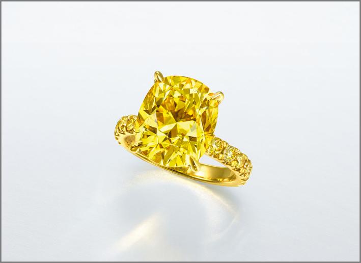 Anello con diamante giallo da 7,02 carati