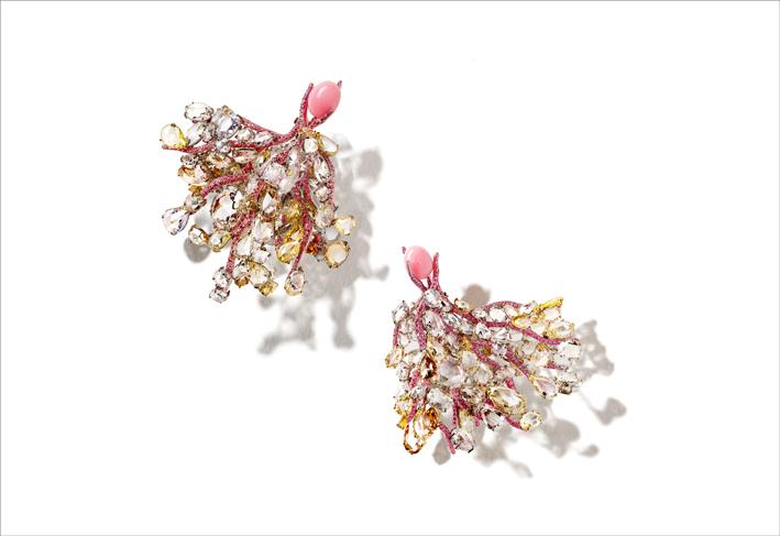 Masterpiece 2020: orecchini con  diamanti bianchi e fancy, zaffiri rosa, granati viola su titanio e oro giallo