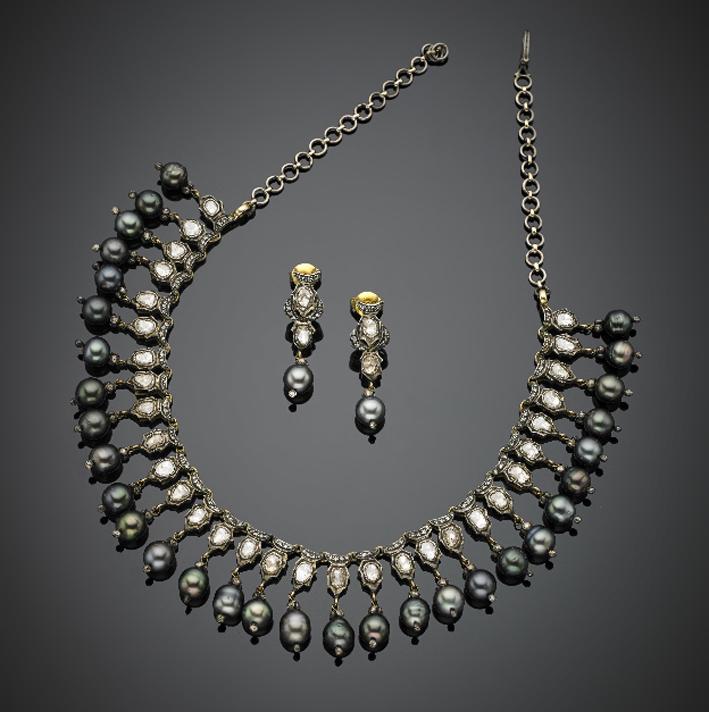 Demi parure composta da collier de chien e orecchini pendenti in oro rosso 333/1000 e argento, diamanti irregolari flat e huit-huit, rifinito con frangia di perle nere pendenti
