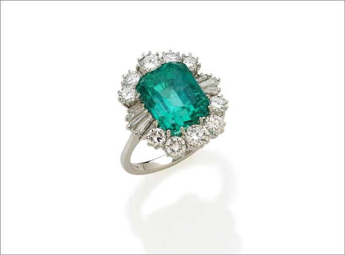 Anello in oro bianco, diamanti e smeraldo