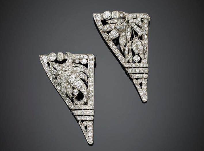 Doppia broche in oro bianco e platino rifinita con diamanti