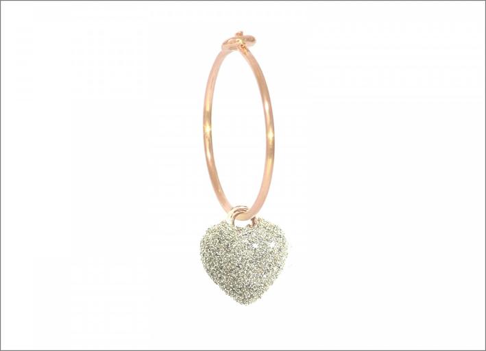 Orecchino singolo Aurum, con cuore in micro polvere di diamanti bianca