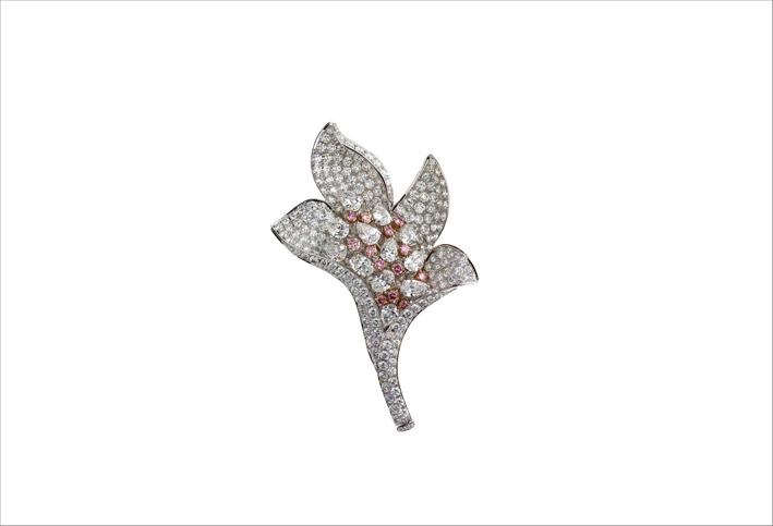 Spilla a forma di fiore con diamanti bianchi e rosa