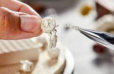Lavorazione di un gioiello d'argento