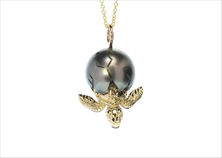 Perla di Tahiti con tartaruga in oro 14 carati