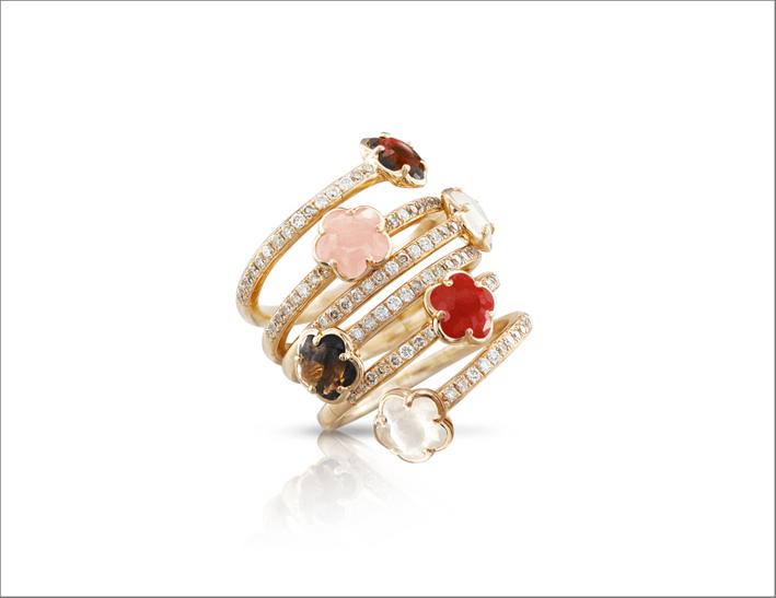 Anello in oro rosa 18 carati, calcedonio rosa, granato rosso, pietra di luna, quarzo fumé, corniola, diamanti bianchi e champagne