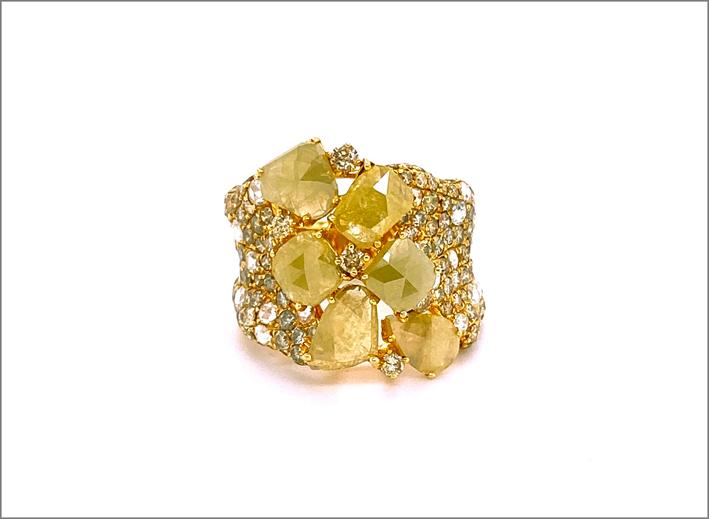Anello in oro giallo e diamanti fancy gialli