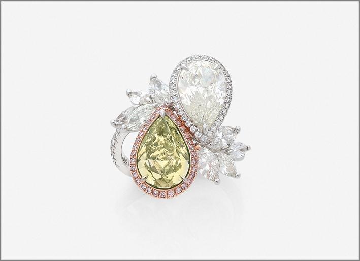 Anello con diamanti bianchi e gialli
