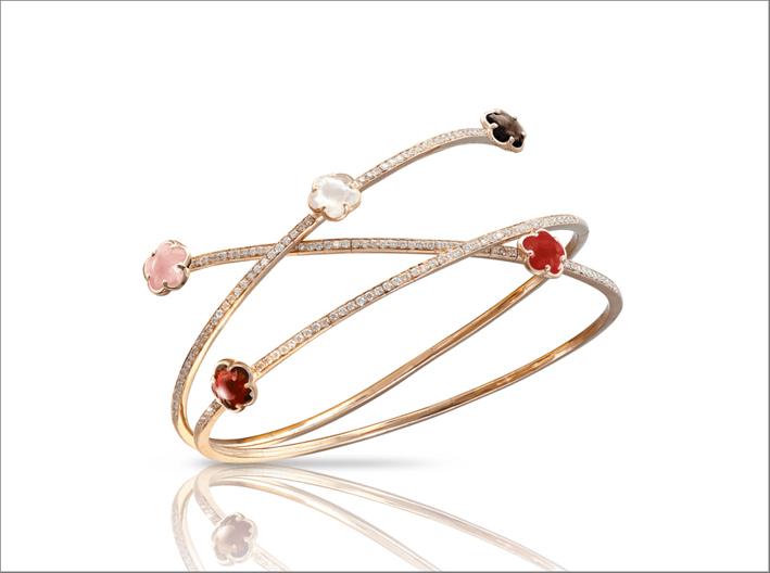 Bracciale in oro rosa 18 carati, calcedonio rosa, granato rosso, pietra di luna, quarzo fumé, corniola, diamanti bianchi e champagne