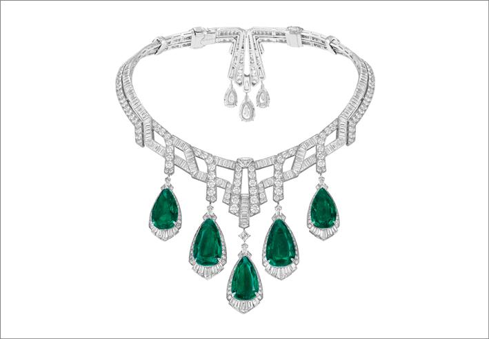 Collana e orecchini Merveille d'émeraudes con pendenti amovibili Oro bianco, 5 smeraldi taglio a goccia per un totale di 70,40 carati (Colombia), un diamante DFL tipo 2A taglio a goccia di 5,81 carati, due diamanti DIF tipo 2A taglio a goccia per un totale di 7,18 carati, diamanti
