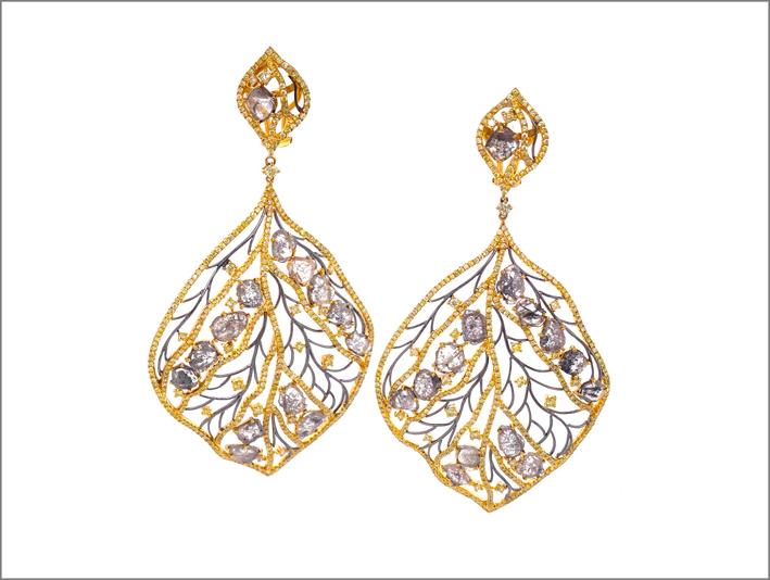 Orecchini in oro con diamanti brown