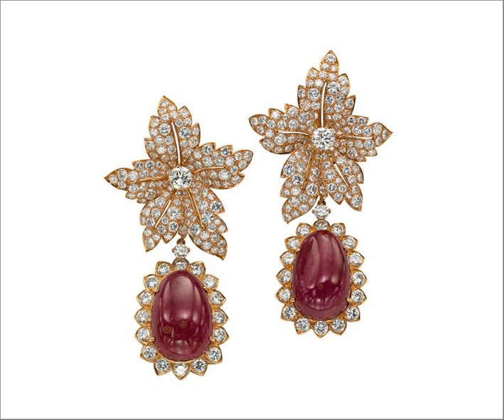 Orecchini in oro, diamanti e rubini, regalati a Jacqueline Kennedy-Onassis da Aristotele Onassis, Van Cleef & Arpels, 1968. Collezione privata. Christie's Images / Bridgeman Images