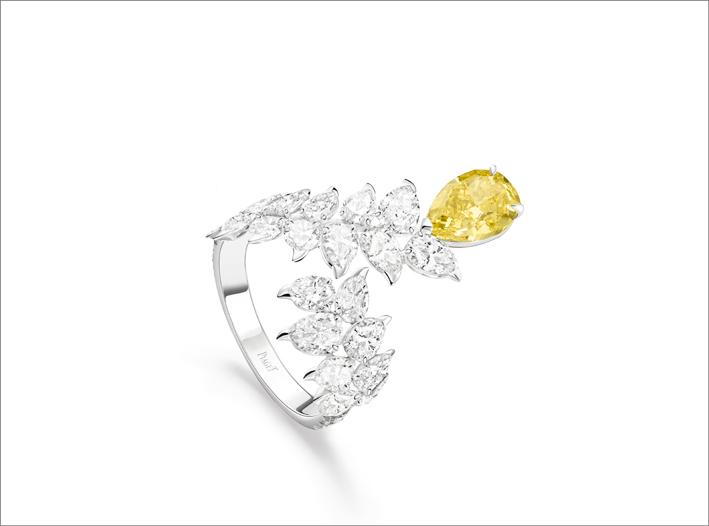 Anello in oro bianco 18 carati con 1 diamante giallo vivo a forma di pera (circa 1,70 ct, VS2), 21 diamanti a forma di pera (circa 3,31 ct) e 16 diamanti a taglio brillante (circa 0,22 ct)