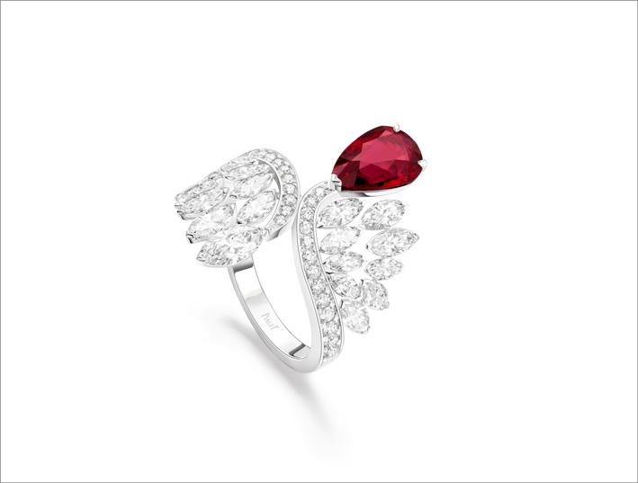 Anello in oro bianco 18 carati con 1 rubino a forma di pera del Mozambico (circa 2,43 ct), 19 diamanti taglio marquise (circa 1,80 ct) e 26 diamanti taglio brillante (circa 0,30 ct)