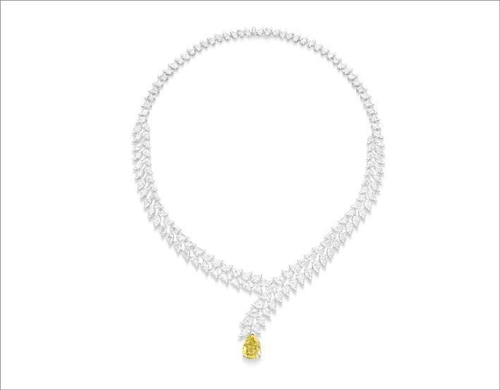 Collana in oro bianco 18 carati con 1 diamante giallo vivido fantasia a forma di pera (circa 6,46 ct, IF), 130 diamanti a forma di pera (circa 44,28 ct) e 16 diamanti a taglio brillante (circa 0,53 ct) Pezzo trasformabile: 4 modi diversi di indossare. Anello, ciondolo a catena con diamante a forma di pera e due modi aggiuntivi per indossare la collana, la scollatura può essere indossata da sola. Creazione unica