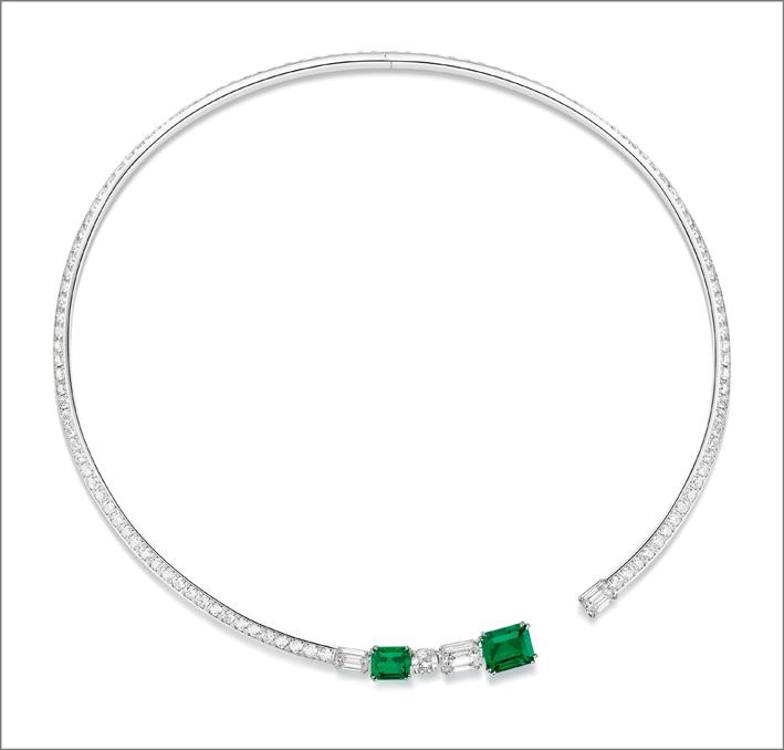 Collana in oro bianco 18 carati con 2 smeraldi taglio smeraldo della Colombia (circa 3,20 ct e 1,57 ct), 2 diamanti taglio smeraldo (circa 1,72 ct e 1,01 ct, E-VVS2), 1 diamante taglio smeraldo (ca. 0,70 ct, D-VVS1) e 121 diamanti a taglio brillante (circa 9,47 ct)