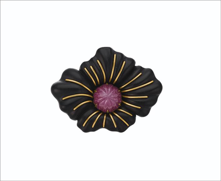Spilla con rubino scolpito, ebano, oro di Jar