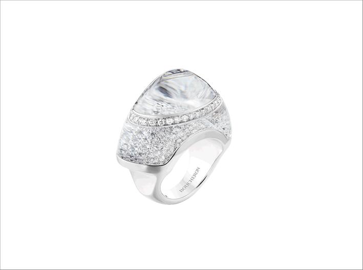 Anello in oro bianco con cristallo di rocca e pavé di diamanti