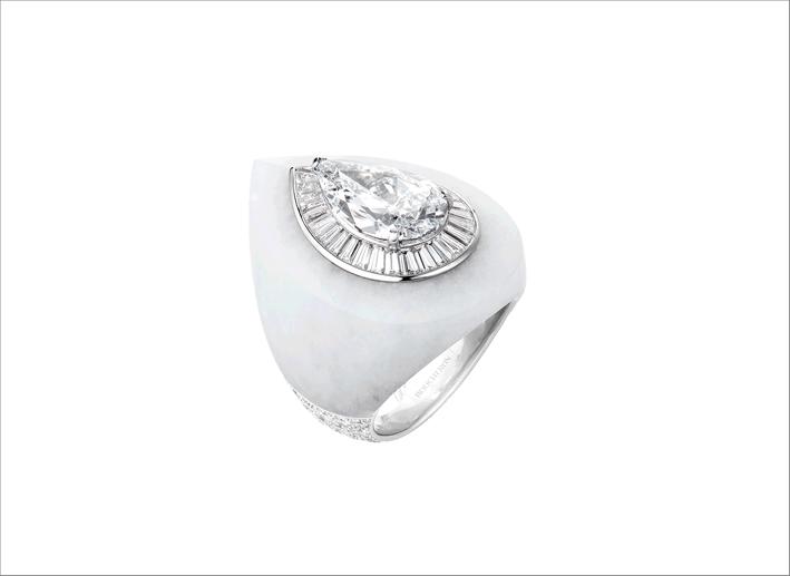 Anello in oro bianco con diamante a pera di 5,08 carati e giada bianca