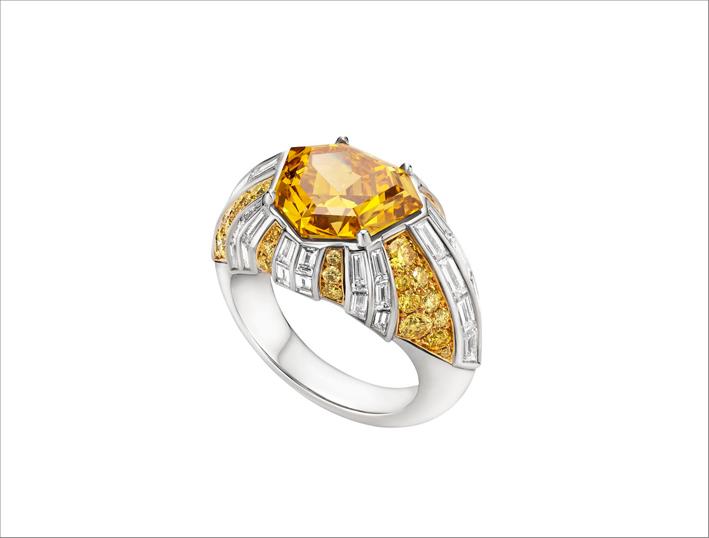 Anello Raggio di Luce,in platino, con 1 diamante ettagonale (Fancy Vivid Yellow-Orange 5,02 ct), diamanti con pavé di colori fantasia (Fancy Intense, Fancy Vivid Yellow 0,92 ct) e 38 diamanti con taglio a gradini (2,28 ct)