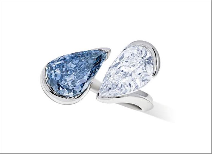 Anello di Reza con diamante a taglio brillante modificato a pera blu brillante da 5,34 carati, e diamante a taglio brillante a pera da 5,37 carati, su platino