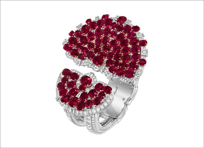 Bracciale Rubis en scène. Oro bianco, oro rosa, platino, 72 rubini taglio cuscino per un totale di 84,74 carati (Birmania), rubini, diamanti