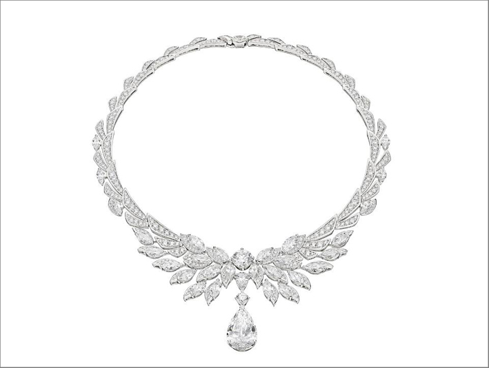 Collana Ali di Roma, ispirata alla statua dell'Arcangelo Michele di Castel Sant'Angelo, in platino con 1 diamante pera (11,65 ct), 4 diamanti marquise (1,00 ct - 1,06 ct - E IF 1,00 ct - 1,00 ct), 1 diamante pera (1, 07 ct), 1 diamante a taglio brillante rotondo (3,01 ct), 25 diamanti a taglio marquise, 1 diamante a taglio brillante rotondo (17,33 ct) e pavé di diamanti