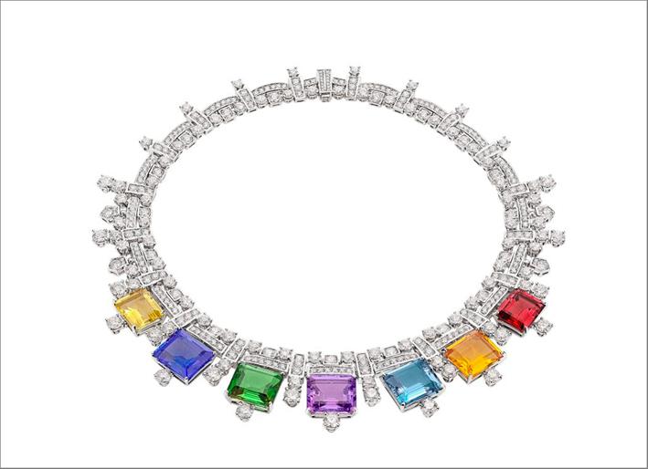 Collana Chiaroscuro in oro bianco, con 1 rubellite rettangolare (8,65 ct), 1 tormalina verde rettangolare (12,18 ct), 1 ametista rettangolare (9,81 ct), 1 citrino rettangolare (9,25 ct), 1 quarzo giallo verdastro rettangolare (7,60 ct ), 1 acquamarina rettangolare (9,94 ct), 1 tanzanite rettangolare (14,17 ct), 87 diamanti a taglio brillante rotondo e pavé di diamanti (44,72 ct)